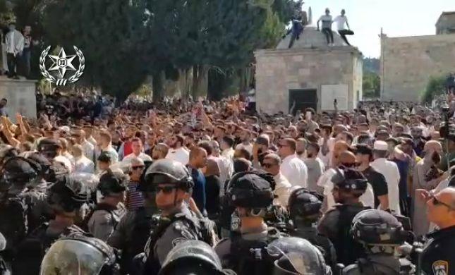 צפו: עימותים בהר הבית בין שוטרים למוסלמים
