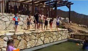 ויראלי צפו: השר בצלאל סמוטריץ' נדחף לבריכה