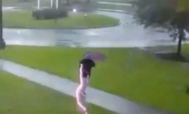תיעוד נדיר: ברק כמעט פגע בהולך רגל שעף מההדף.צפו