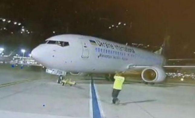 """אירוע חמור בנתב""""ג: מטוס התנתק מהגורר והדרדר. צפו"""
