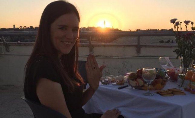 תגידו מזל טוב: העיתונאית אמילי עמרוסי התארסה