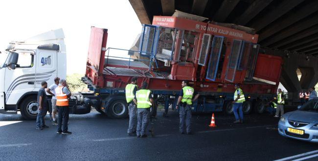 משאית פגעה בגשר 'אלוף שדה'; צפו בתיעוד מהזירה