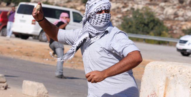 """נתפסו על חם ערבים שהשליכו בקת""""ב בירושלים"""