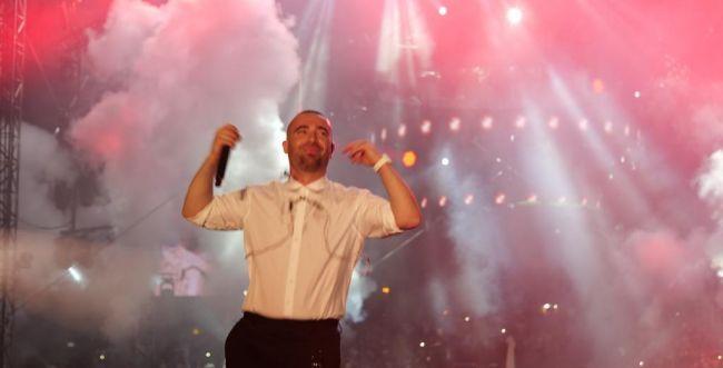 כזה עוד לא ראינו: עומר אדם רוקד לצלילי הכליזמרים. צפו