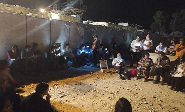 צפו: קינות לגוש קטיף ליד הגדר במחסום כיסופים