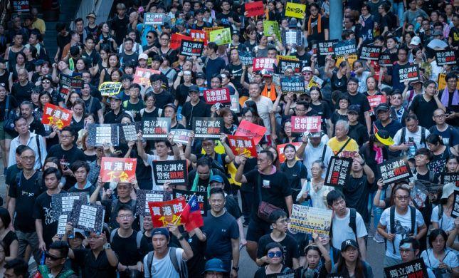מחאת ענק: 1.7 מיליון איש מפגינים בהונג קונג • צפו