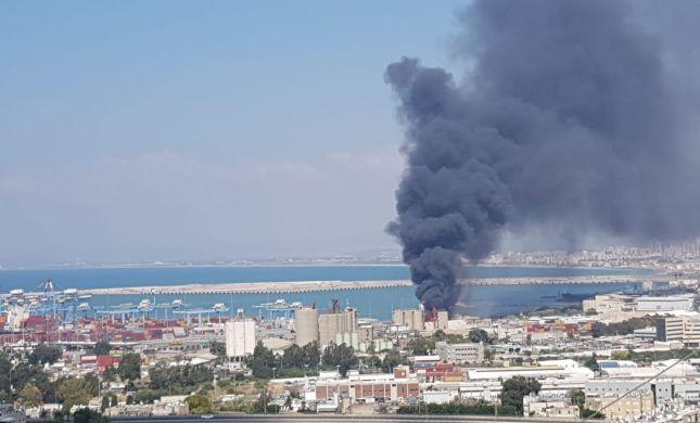 עמוד עשן שחור: שריפת ענק במיכל במפעל שמן בחיפה