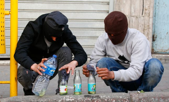 שני מחבלים השליכו בקבוק תבערה על בית יהודי ונעצרו