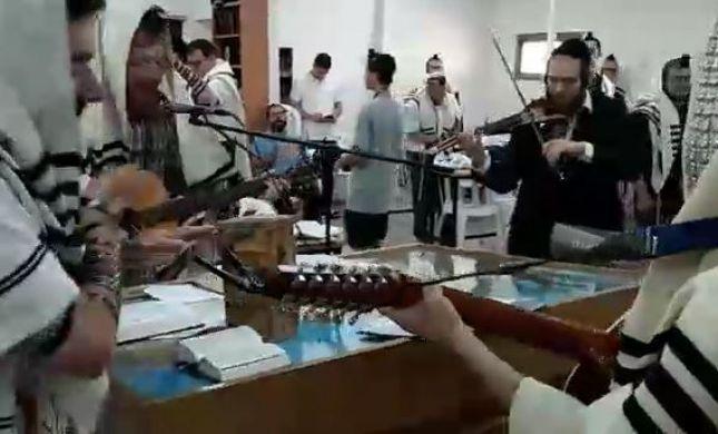 צפו: קהילת קרליבך בשירה וריקודים לתפילת ראש חודש