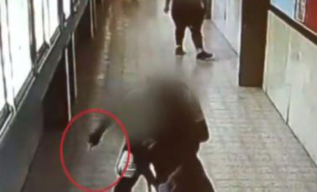 צפו: תלמיד דוקר את חברו בשטח בית הספר