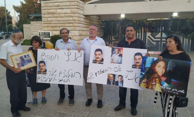 """משפחות שכולות הפגינו נגד גנץ: """"תתבייש לך"""""""