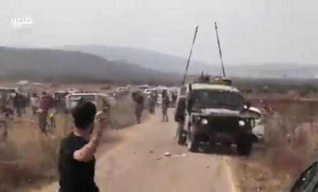 """תיעוד: עשרות פלסטינים תקפו ג'יפ צה""""ל בסלעים"""