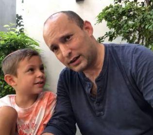 ויראלי בנט ובנו דוד בסרטון מתוק על 4 המינים ובחירות. צפו