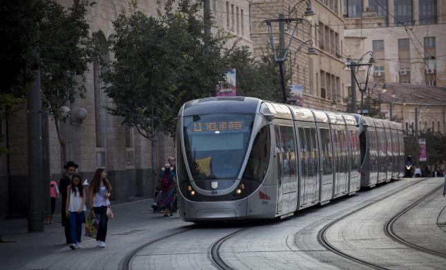 המשטרה עצרה שני ערבים שיידו אבנים לרכבת הקלה