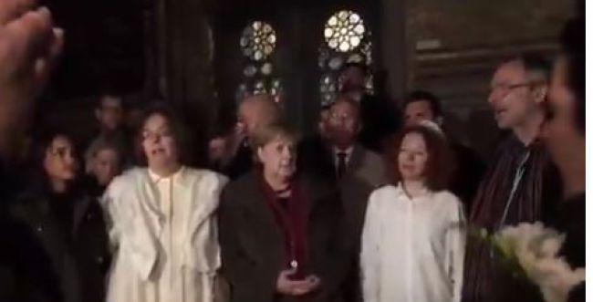 """צפו שירת """"עושה שלום"""" עם הקנצלרית אנגלה מרקל"""