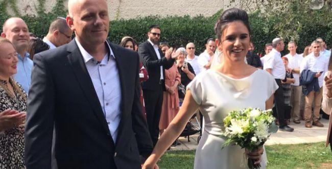 אמילי עמרוסי התחתנה: כל הברנז'ה הגיעה. צפו