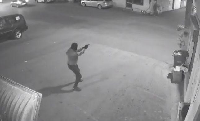 רץ, שולף אקדח ורוצח: צפו ברגע החיסול הלילה