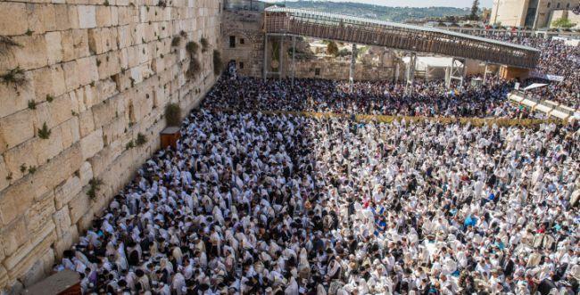 הערכות ברחבת הכותל למאות אלפי מתפללים