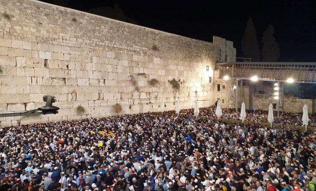 צפו בתיעוד: עשרות אלפים בסליחות בכותל המערבי
