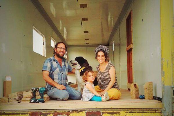 עף להם הסכך: הזוג שבחר לגור על גלגלים | פרויקט חג