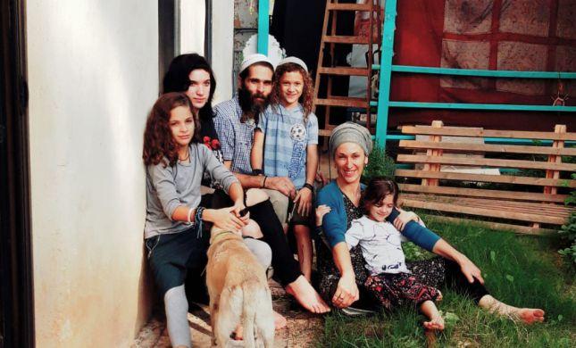עף להם הסכך: המשפחה שגרה בבית בוץ | פרויקט חג