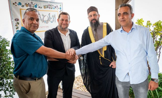 מפגש יוצא דופן: מנהיגים פלסטינים בסוכה בשומרון