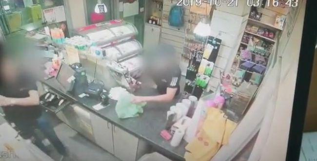 צפו: שדד כסף וסיגריות מחנות באמצעות סכין יפנית