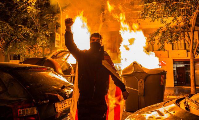 מהומות בברצלונה: מאות פצועים, 33 מפגינים נעצרו
