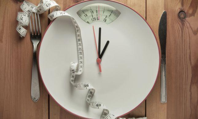 אחת ולתמיד: האם צום באמת עוזר לרדת במשקל?