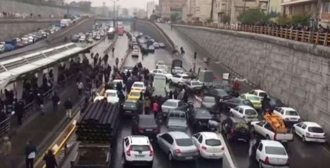 למרות מאמצי המשטר: גל המחאות באיראן נמשך