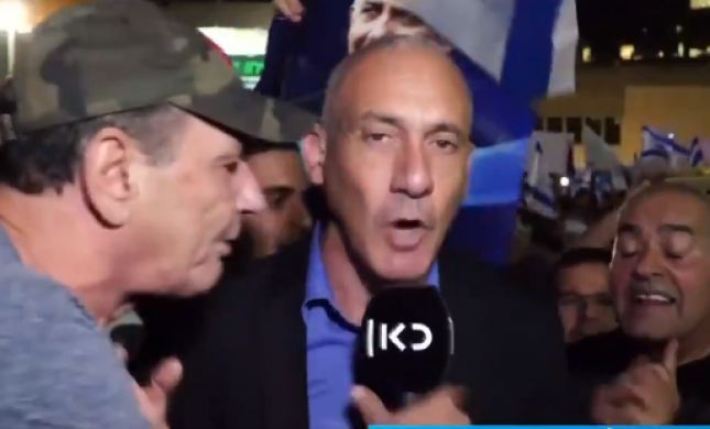 צפו: יריקות, קללות והפרעה לשידור כתב 'כאן' בהפגנה