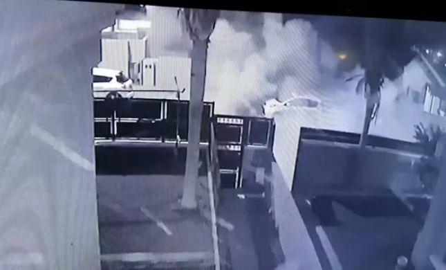תיעוד: הרקטה פוגעת ישירות בבית, וגורמת לפיצוץ