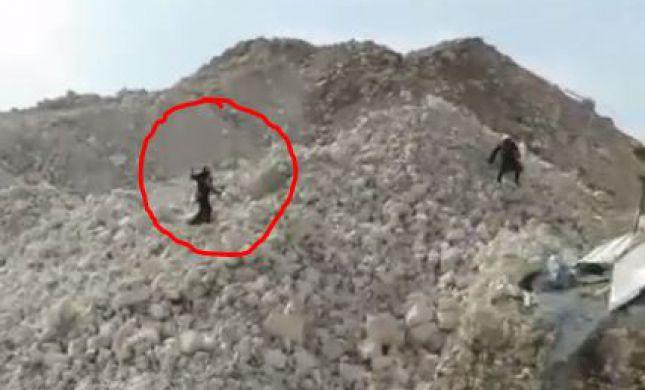 בלתי נתפס: שוטר מיידה אבנים על מפגין חרדי. צפו
