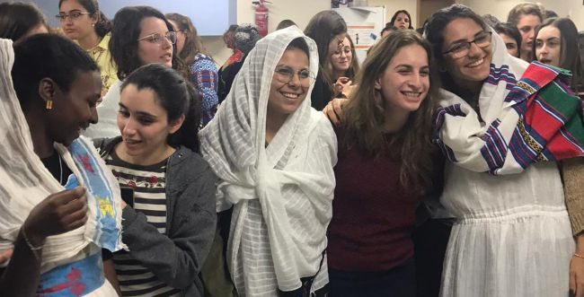 מאות סטודנטיות בסיגד במרכז האקדמי לב