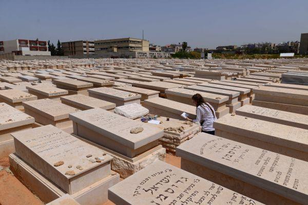אזעקה בזמן הלוויה: בורחים לחלקת הקבורה הרוויה