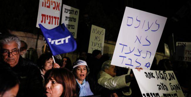 בהפגנות השמאל מרימים שלטים בבלפור: הבן זונה לא יודע .! וזה לא הסתה ? F191123OF02__w650h331q80