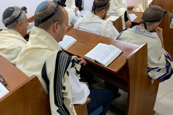 תיעוד: שר הביטחון בתפילת שחרית בבית הכנסת בקריה