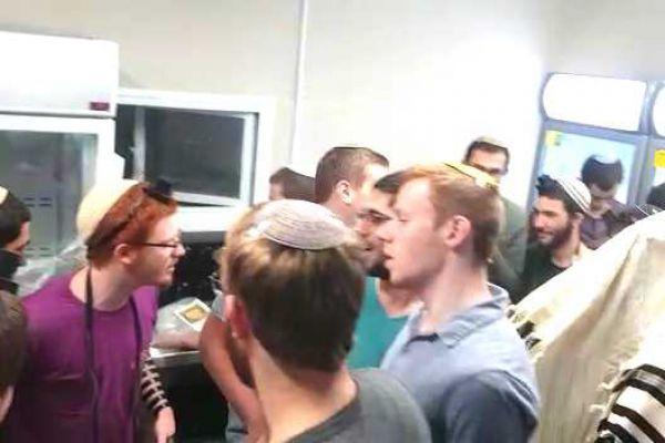 תלמידי ישיבת אורות שאול מרימים את המורל במקלט