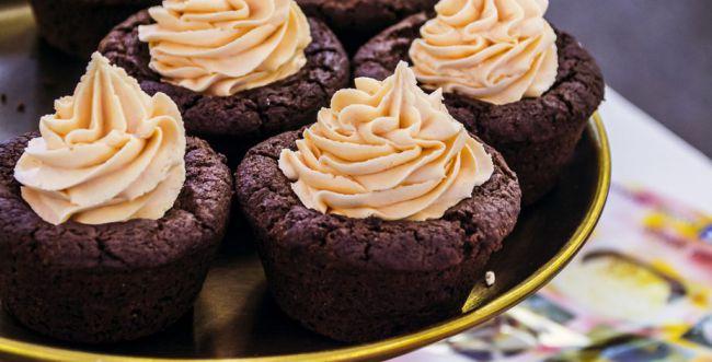 גאוני: קאפקייקס שוקולד מ-3 מרכיבים בלבד. צפו