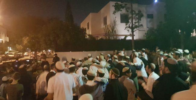 מאות מפגינים מול הבית של חולדאי: לא נוותר על השבת