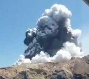 חדשות בעולם צפו: התפרצות הר געש בניו זילנד