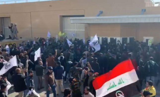 """מפגינים פרצו לשגרירות ארה""""ב בעיראק, 20 נפצעו"""