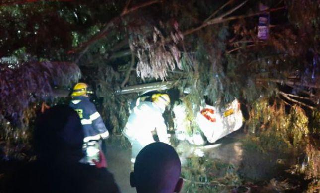מדינה בסערה: היציאה מי-ם נחסמה; אדם נלכד ברכב