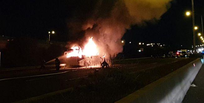 אוטובוס עלה באש בכביש 6; הנהג נפצע; צפו בתיעוד