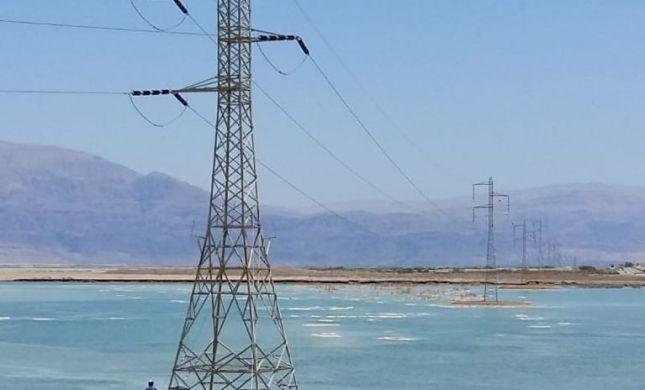 צפו: מסירים עמודי חשמל שנמצאים בתוך ים המלח