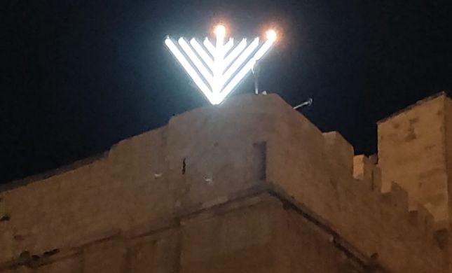 אור גדול: חנוכיית ענק הוצבה בגג מערת המכפלה