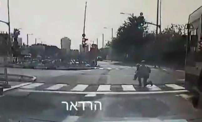 תיעוד דרמטי: האם הצילה את בנה מדריסת אוטובוס