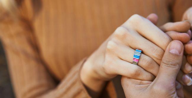 נער הציע נישואים בצחוק לנערה, האם היא אשת איש?