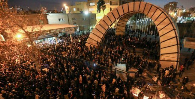 דיווח באיראן: מפגינים נגד השלטון נורו באש חיה