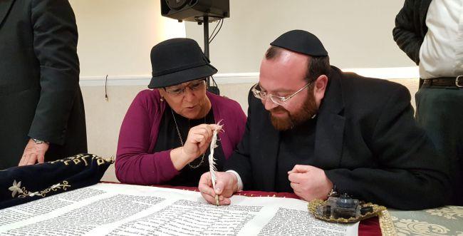 מרים פרץ כתבה אותיות בספר התורה של עם ישראל